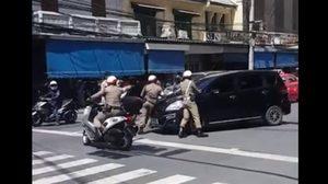 เปิดคลิปตำรวจ เข้าจับรถเก๋งกลางแยก เหตุจอดในที่ห้ามจอด