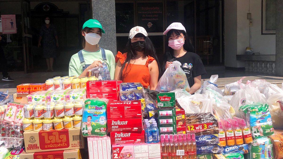 ครูปิ๋ม พร้อม ไข่มุก และเจน จาก BNK48 นำถุงยังชีพและสิ่งของจำเป็น ส่งต่อความห่วงใยเพื่อช่วยเหลือผู้ประสบภัยน้ำท่วม จังหวัดนครราชสีมา