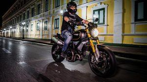 Ducati Scrambler 1100  บิดสะท้านสายฝนยามค่ำคืนรอบ เกาะรัตนโกสินทร์