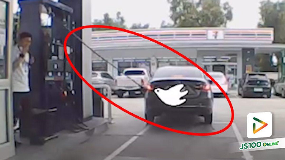 รถเก๋งเข้าใจผิดเผลอออกรถขณะเติมน้ำมัน กระชากสายขาด น้ำมันรั่วไหลนองพื้น