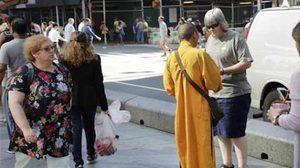 จวกเล๊ะ โล้นห่มเหลืองเดินเรี่ยไรเงินในไทมสแควร์ อ้างช่วยวัดในไทย