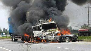 สลด! รถบรรทุกพ่วง 18 ล้อ พุ่งชนเก๋งไฟลุกท่วมคลอก 3 รายดับ