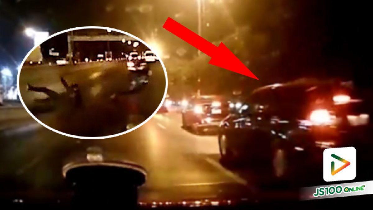 เก๋งเบรคตามไม่ทันหักออกมา รถยนต์ตกใจหักตามเฉี่ยวชนจยย.เสียหลักล้ม ก่อนคันต้นเหตุหลบหนี