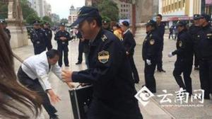เศร้า! เทศกิจเมืองจีน รุมแกล้งคนตาบอด หลังเข้าจัดระเบียบการนวดข้างถนน