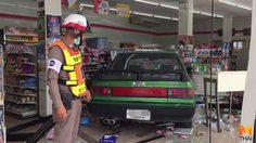 ลุงวัย 68 ปี เข้าเกียร์ผิดขับเก๋งพุ่งชนไปในร้านสะดวกซื้อพังยับ