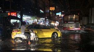 ฝนถล่มกรุง!! หน้ารามฯน้ำท่วม การจราจรติดขัดหลายเส้นทาง