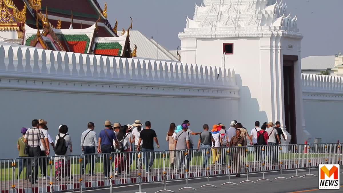 นักท่องเที่ยวเข้าชม วัดพระศรีรัตนศาสดารามและพระบรมราชวัง