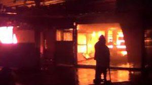 ไฟไหม้ ร้านเฟอร์นิเจอร์เจ้ม้อย เพลิงลุกลามเสียหาย วอดกว่า 10 หลัง
