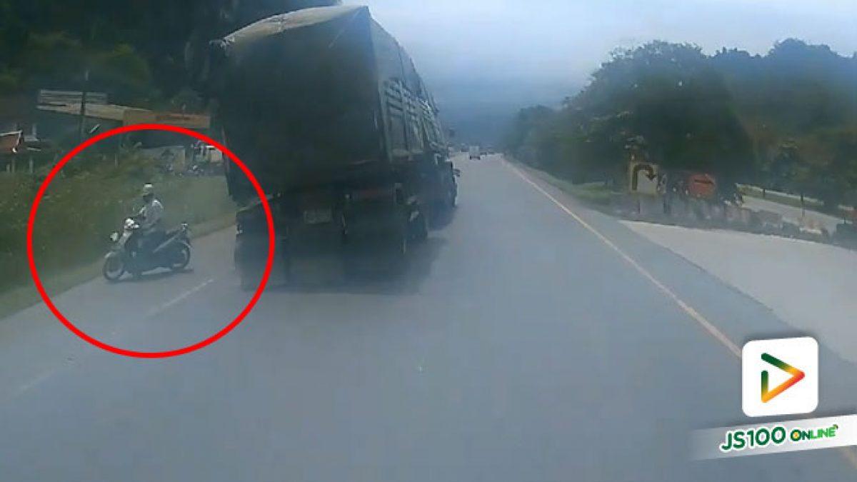 จยย.ปาดหน้าย้อนศร รถบรรทุกหักหลบเกือบคว่ำ (01/07/2020)