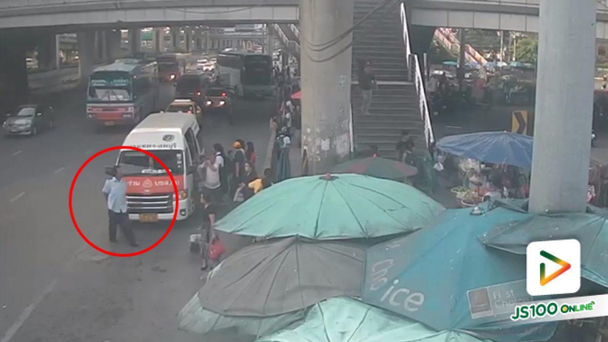 คลิปคนขับรถตู้โดยสารลงจากรถเดินมาตบหน้าผู้โดยสารที่บริเวณท่ารถต่างจังหวัดหน้าฟิวเจอร์พาร์ครังสิต (12-10-61)