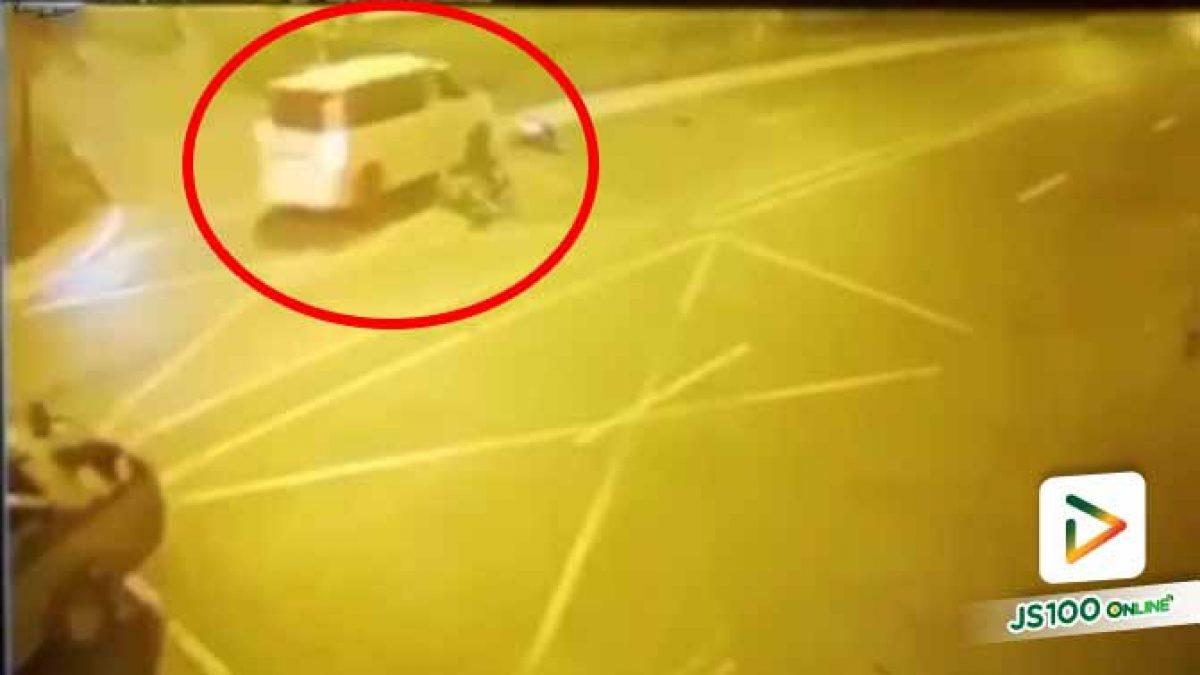 ตามหาทะเบียนรถตู้สีขาว! จยย.เฉี่ยวชนปิคอัพกลางแยก ก่อนถูกรถตู้ทับร่างซ้ำแล้วหลบหนี