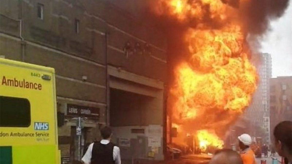 นาที เพลิงไหม้ระเบิดสนั่น!  ใกล้สถานีรถไฟใต้ดินลอนดอน บาดเจ็บ 6 ราย  ระดมนักดับเพลิงกว่า 100 คน
