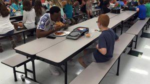 สุดซึ้ง! นักอเมริกันฟุตบอลชื่อดัง ร่วมโต๊ะทานมื้อเที่ยงกับเด็กออทิสติกไร้เพื่อน