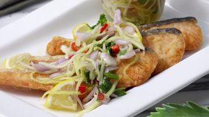 วิธีทำ แซลมอนทอดน้ำปลา เสิร์ฟคู่กับยำมะม่วง