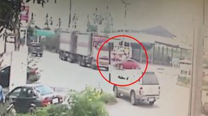 นาทีเก๋งสปอร์ตพุ่งชนท้ายรถพ่วง ก่อนสะบัดกระแทกกระบะทำคนเสียชีวิต 5 ศพ