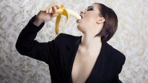 รัฐบาลจีนจ่อแบนสาวโชว์กินกล้วยแบบ 'อีโรติก' ผ่านเว็บแคม