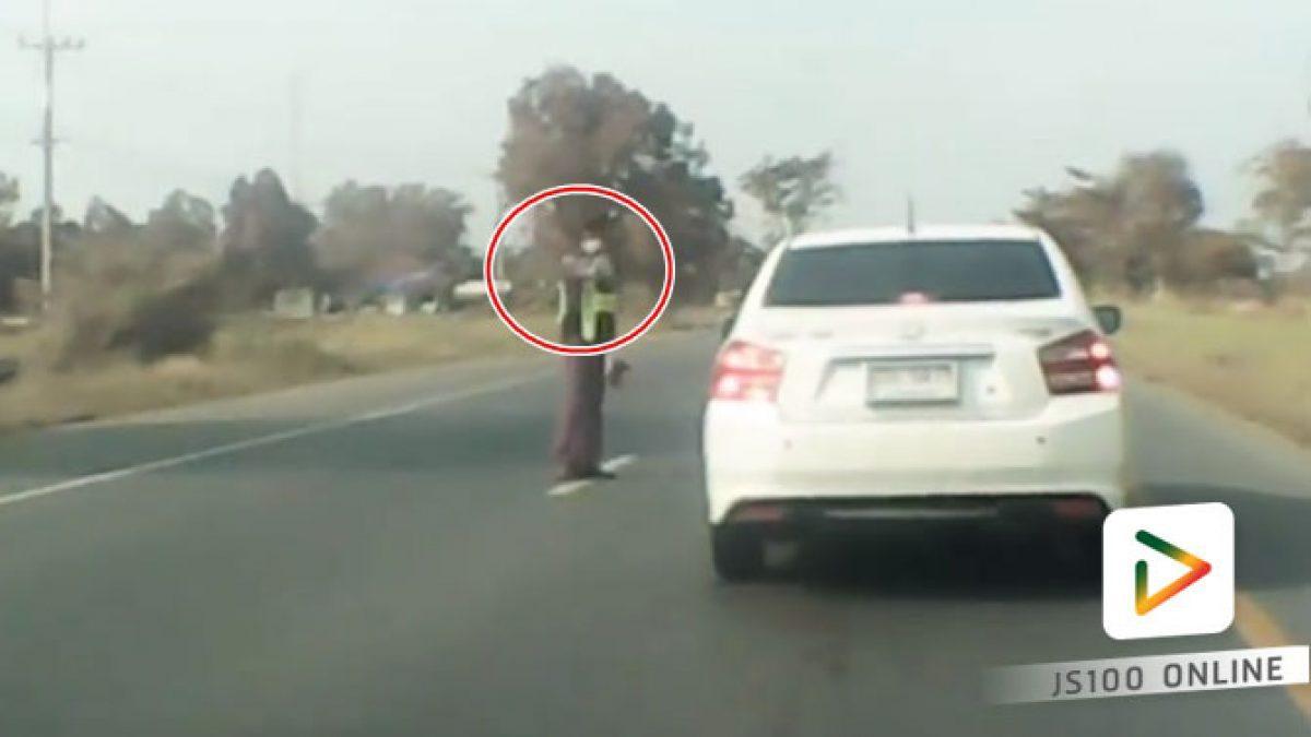 โดนชนท้าย เพราะตำรวจตั้งด่านลอย โบกให้รถบรรทุกหยุด!!! (28-01-61)