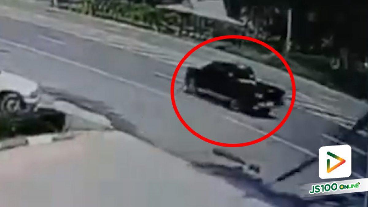 ปิคอัพถอยรถกลางถนน ปิคอัพตามหลังหักหลบเสียหลักพลิกตะแคง