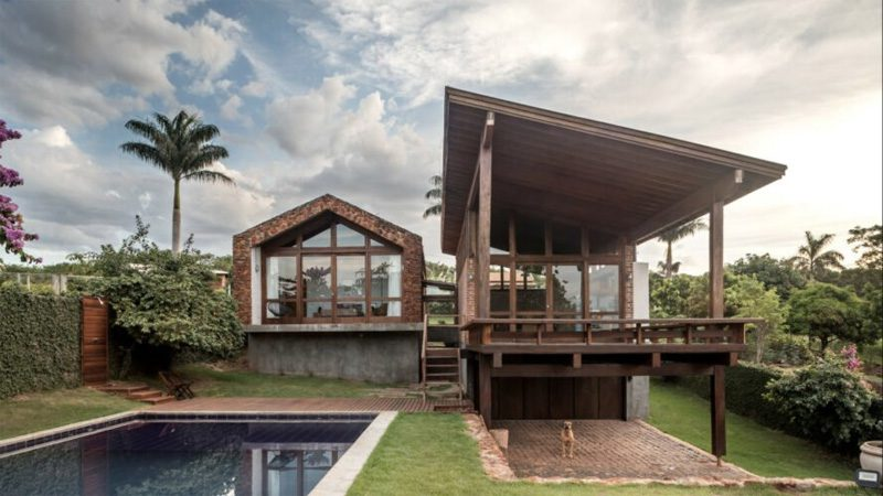 บ้านแนวทรอปิคอล 2,690 ตร.ฟุต สร้างจากอิฐและหินเก่านำมาใช้ใหม่