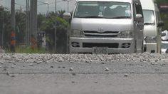 เตือนระวัง! รถบรรทุกหินร่วงเกลื่อนถนน เทศบาลเมืองพังงา หวั่นอันตราย