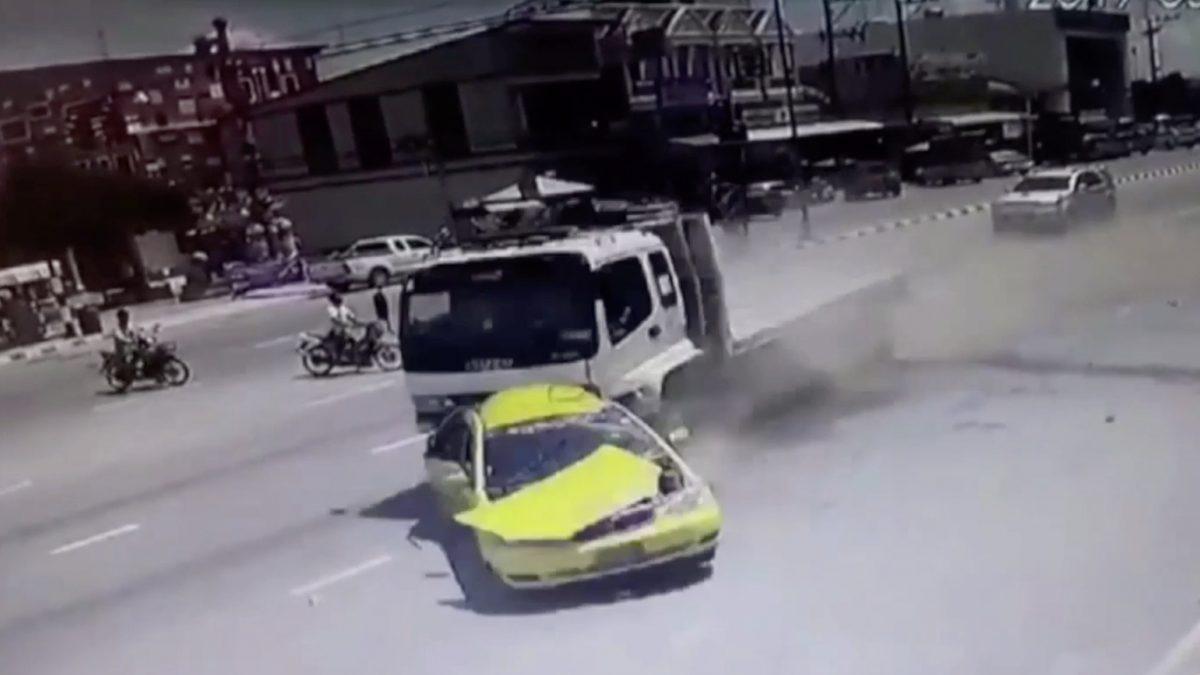 แท็กซี่จอดติดไฟแดงถูกสิบล้อพุ่งชนเสียชีวิต 2 คน