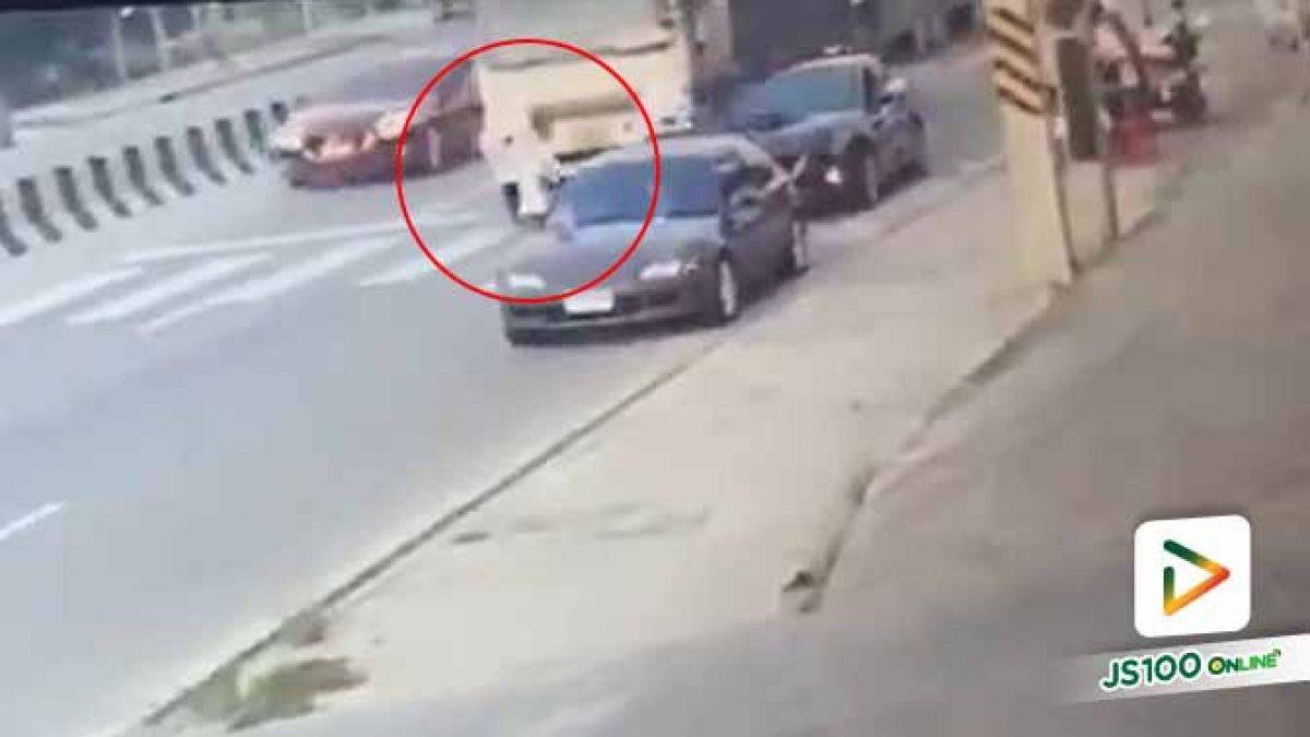 หนุ่มจอดรถริมถนนซื้อหมูย่างให้ลูก ถูกสิบล้อเฉี่ยวชนอาการสาหัส ก่อนขับหลบหนี (09/11/2019)