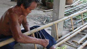 คุณตา สู้ชีวิต ทำบันไดไม้ไผ่ขาย แม้ร่างกายพิการนิ้วหงิกงอ