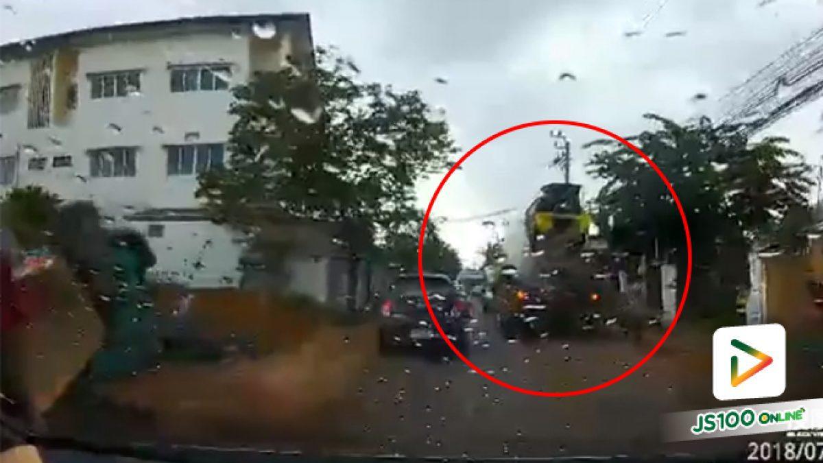 คลิปรถโม่ปูนย้อนศรในเลนสวน ทำให้การจราจรติดขัด (23-07-61)