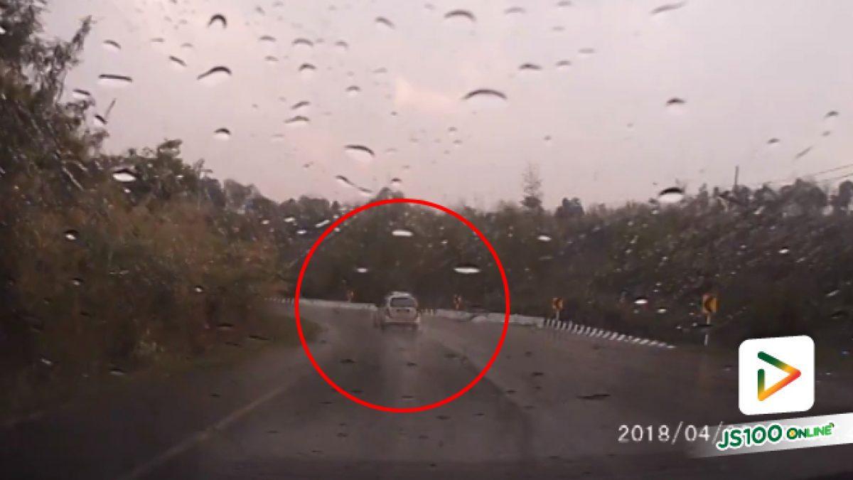 คลิปเก๋งเสียหลักหลุดโค้งช่วงฝนตกถนนลื่น (05-04-61)