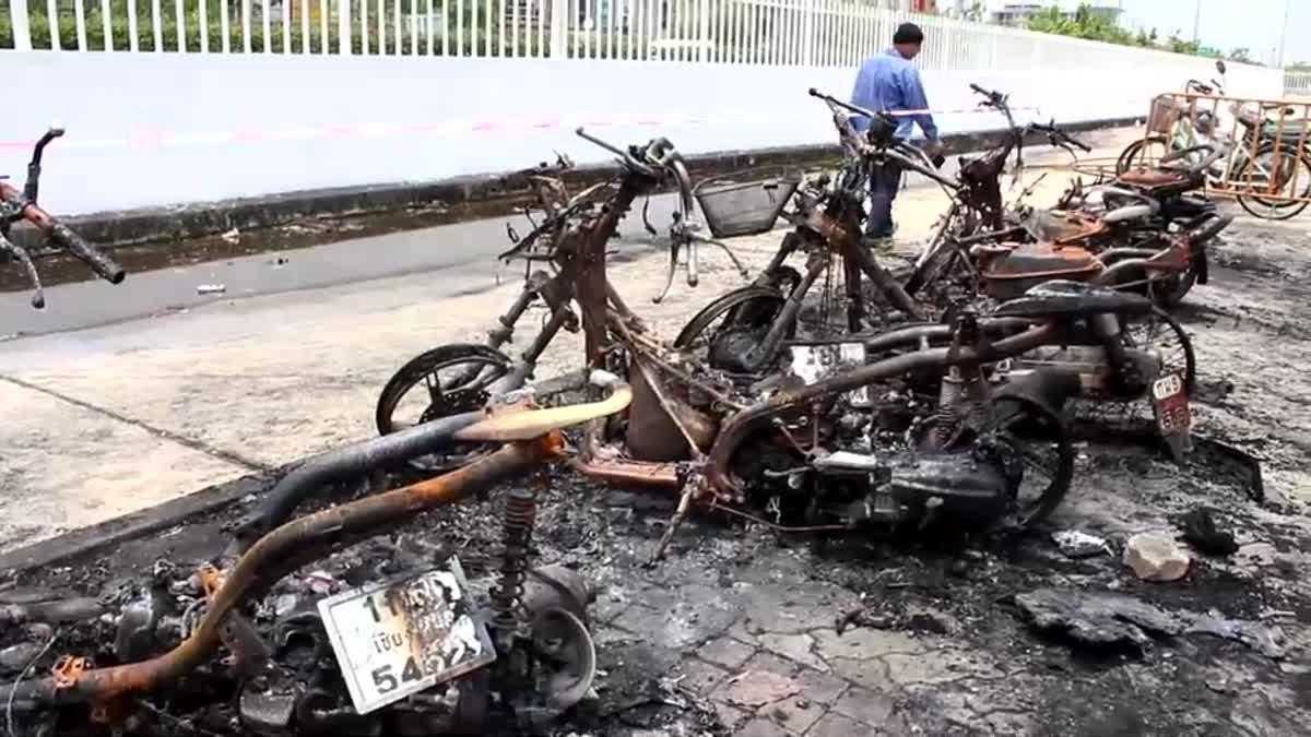 พังยับ!! ฟ้าผ่าใกล้ ม.ดัง เมืองปทุมฯทำไฟไหม้รถ จยย. เสียหาย 7 คัน