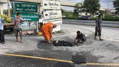 แห่แชร์!! 'ถนนพระทำ' ชาวบ้านเดือดร้อนหนักจนเจ้าอาวาสลุยซ่อมเอง