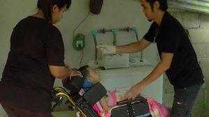 วอนช่วย! เด็ก 5 ขวบป่วยแขนขาลีบบ้านยากจน