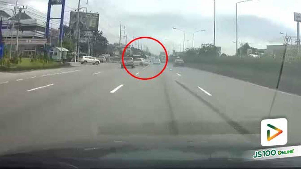 เก๋งขับแข่งกับปิคอัพด้วยความเร็ว เสียหลักพุ่งชนรถยนต์คันอื่นพลิกคว่ำอยู่กลางถนน (22/09/2019)