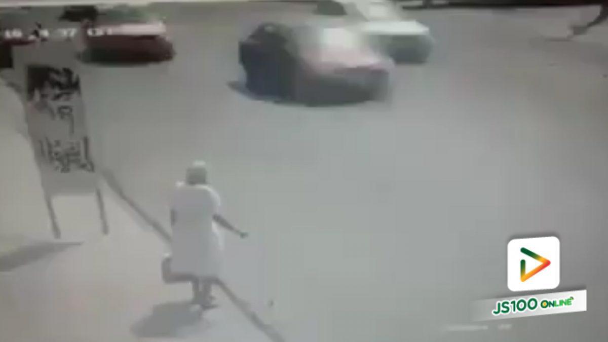 ชายมีน้ำใจ จอดรถแล้วช่วยหญิงชราข้ามถนน (21-5-61)