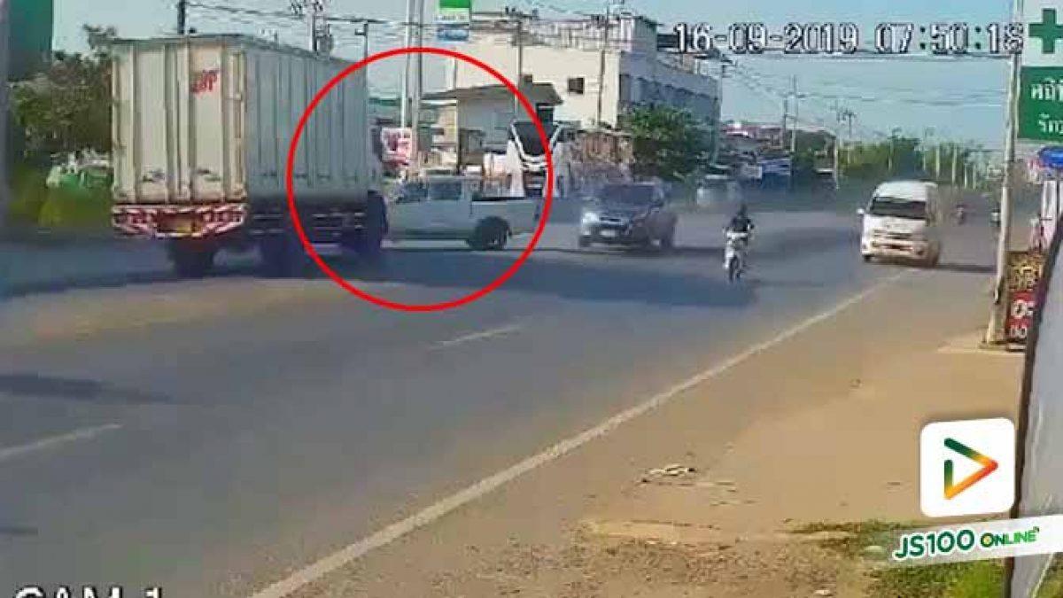 รถปิคอัพ 2 คันขับไล่จี้กันมา คันหน้าเสียหลักพุ่งข้ามเลนถูกรถบรรทุกชน คนขับเสียชีวิต (16/09/2019)