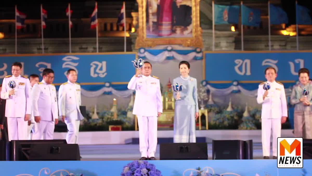 นายกรัฐมนตรี นำปวงชนชาวไทยจุดเทียนถวายพระพรชัยมงคล แด่สมเด็จพระนางเจ้าสิริกิติ์ พระบรมราชินีนาถ ในรัชกาลที่ 9