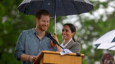 ดัชเชสเมแกน ช่วยกางร่มให้พระสวามี ระหว่างตรัสสุนทรพจน์ กลางสายฝน