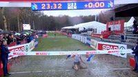เกือบหล่อแล้ว! นักวิ่งวิบากน้ำหอมโชว์สไลด์เข่าเข้าเส้นชัย แต่สุดท้าย... (คลิป)