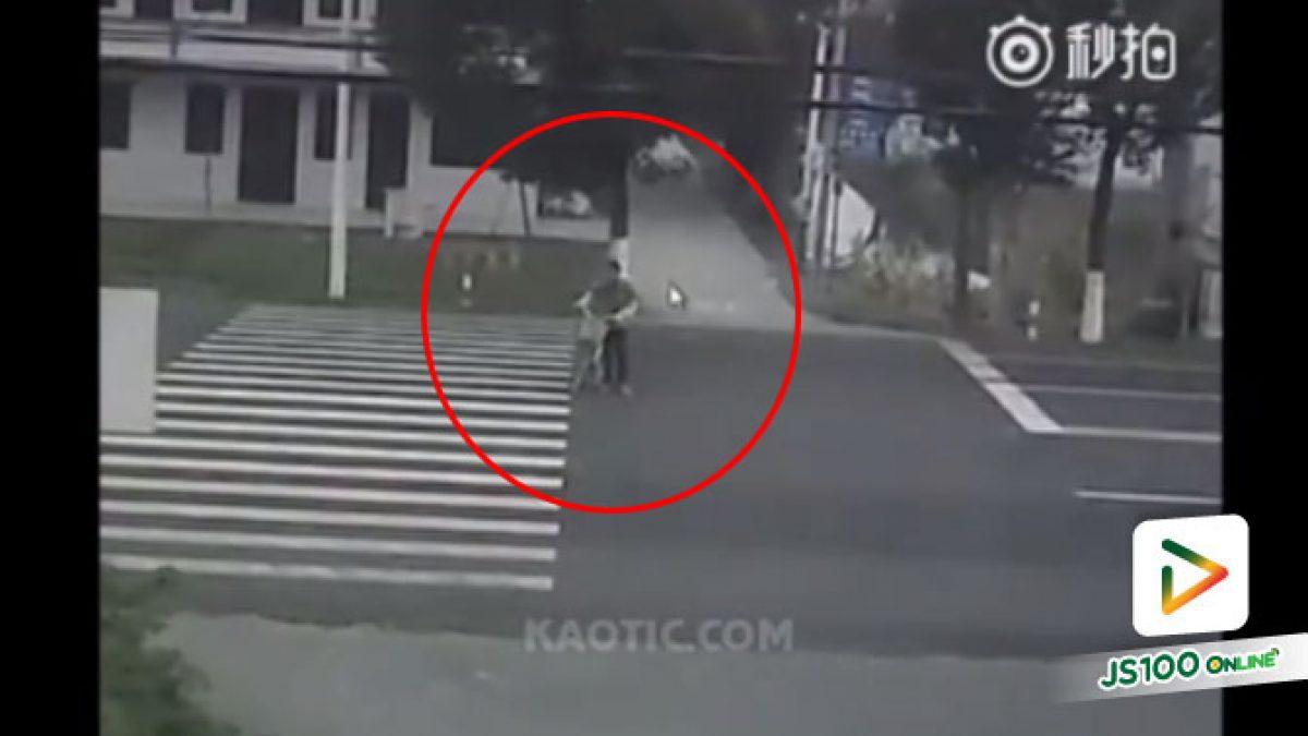 คลิปนาทีเก๋งพุ่งชนคนจูงรถจักรยาน ข้ามทางม้าลาย ที่ประเทศจีน (09-08-61)