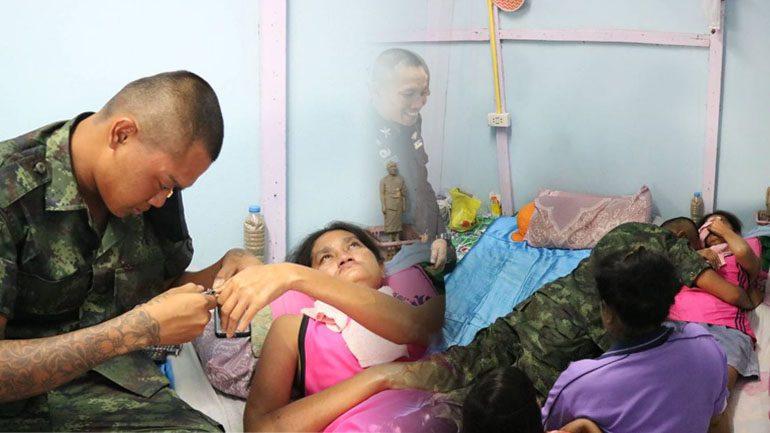 หนุ่มพลทหาร สุดซึ้ง!! ผู้พันฯพร้อมกำลังพล พากลับบ้านเยี่ยมแม่ป่วยติดเตียง