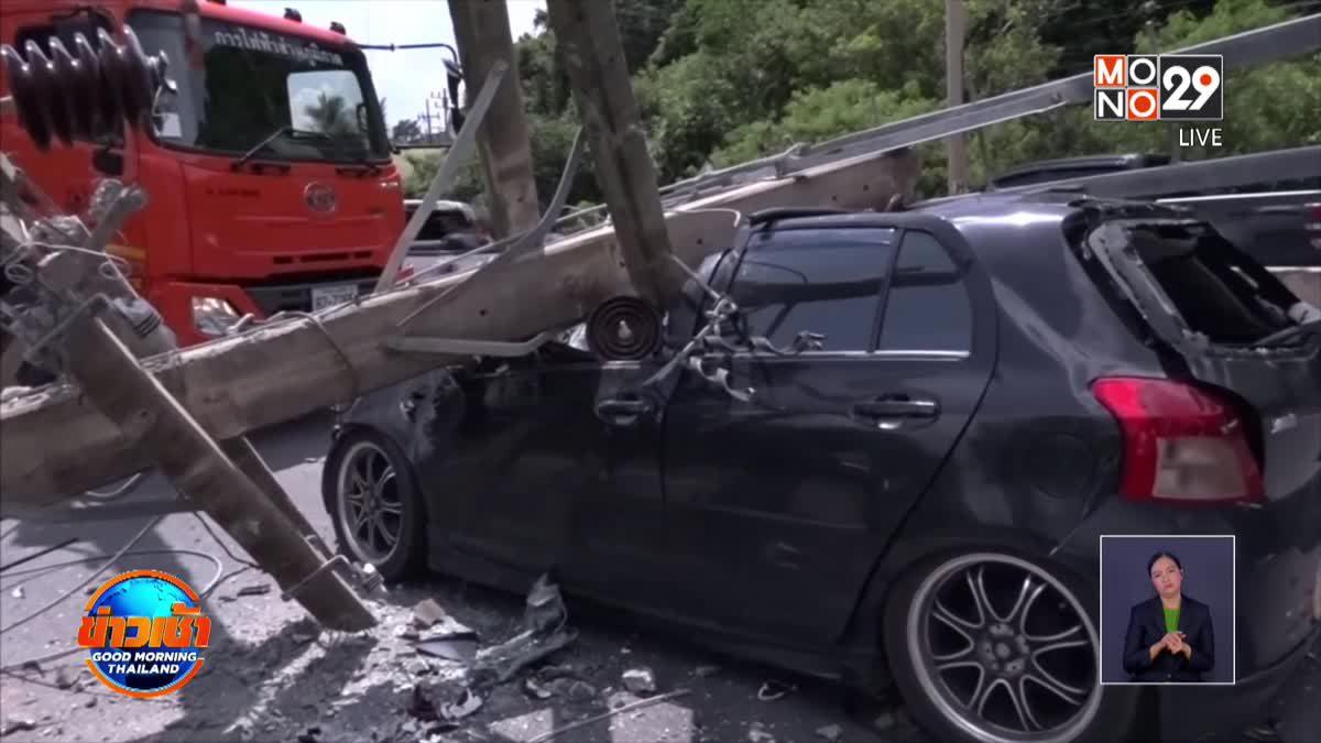 รถเทรลเลอร์เกี่ยวเสาไฟล้มทับรถยนต์เจ็บ 2 ราย