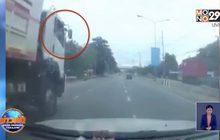 ตกใจเจอคนขับรถบรรทุกพ่วงชักปืนขู่ ขณะขับรถบนถนน