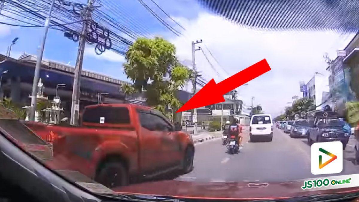 ปิคอัพขับแซงซ้าย ก่อนเบรคกะทันหัน เกือบมีเรื่องกันบนถนน