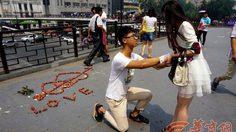 หนุ่มจีนใช้ ลิ้นจี่ เพื่อเซอร์ไพรซ์ขอแฟนสาวแต่งงาน กลับโดนปฎิเสธแบบไม่ใยดี
