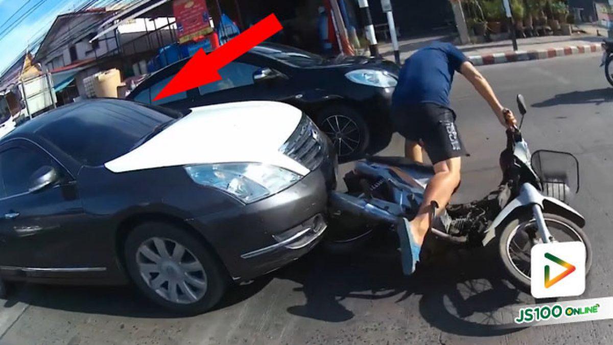 ไม่รู้คนขับเก๋งเป็นอะไร! ชนจยย.จอดติดไฟแดงไม่พอ ฝ่าไหลขึ้นฟุตบาทชนรถที่จอดอยู่อีก