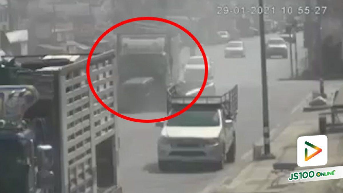 ปิคอัพขับออกไปแบบนั้นไม่รู้คิดอะไรอยู่ ถูกรถบรรทุกชนกลางลำ เสียชีวิต 1 คน