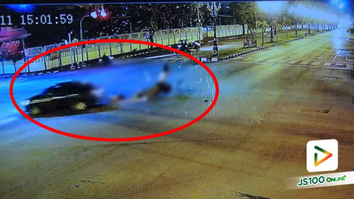 นักศึกษาสาวซ้อน 3 ฝ่าไฟแดง ชนเก๋งกลางลำ เสียชีวิต 2 คน สาหัส 1 คน