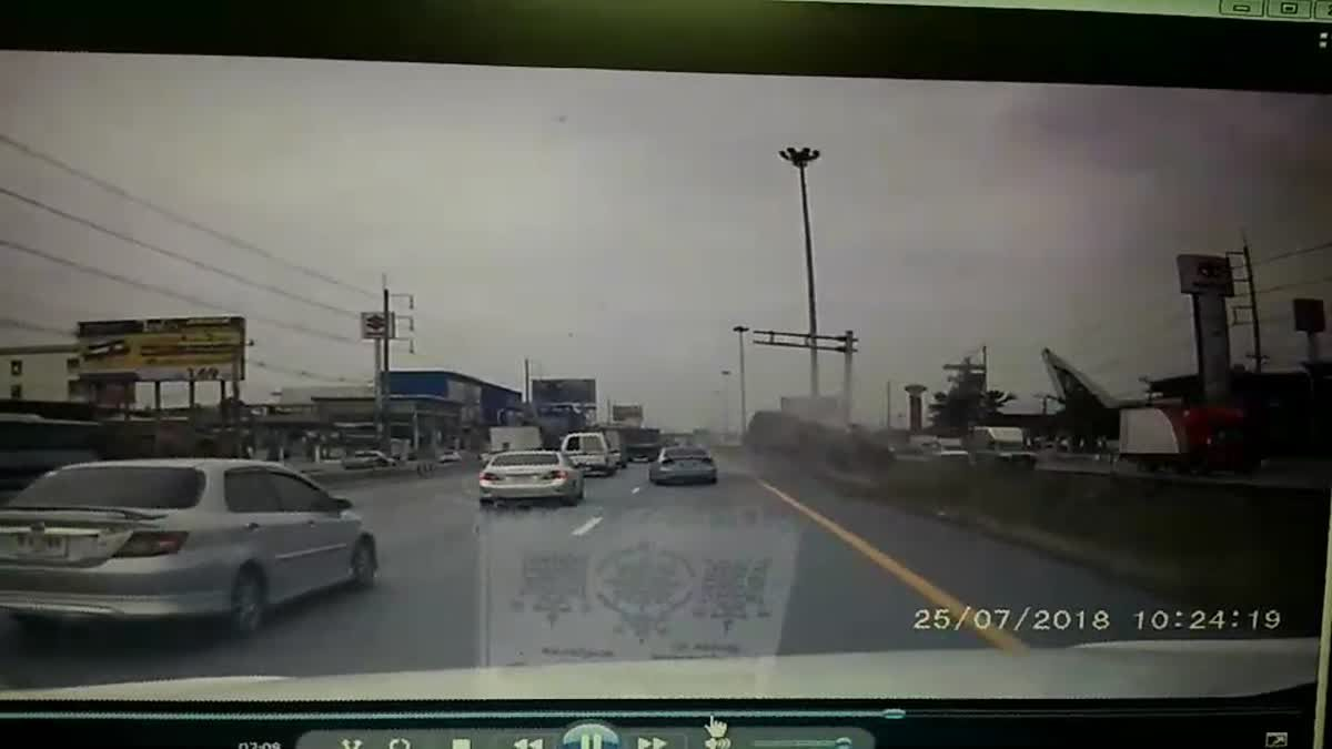 หวิดดับ!! กระบะยางแตกตกร่องกลางชนป้ายบอกทาง ติดคาซากรถ