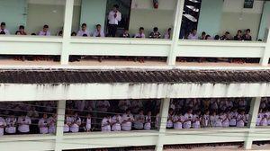 คณะครู-นักเรียน โรงเรียนแม่สายฯ  อธิษฐานจิตส่งแรงใจช่วย 13 ชีวิตหายตัวถ้ำหลวง