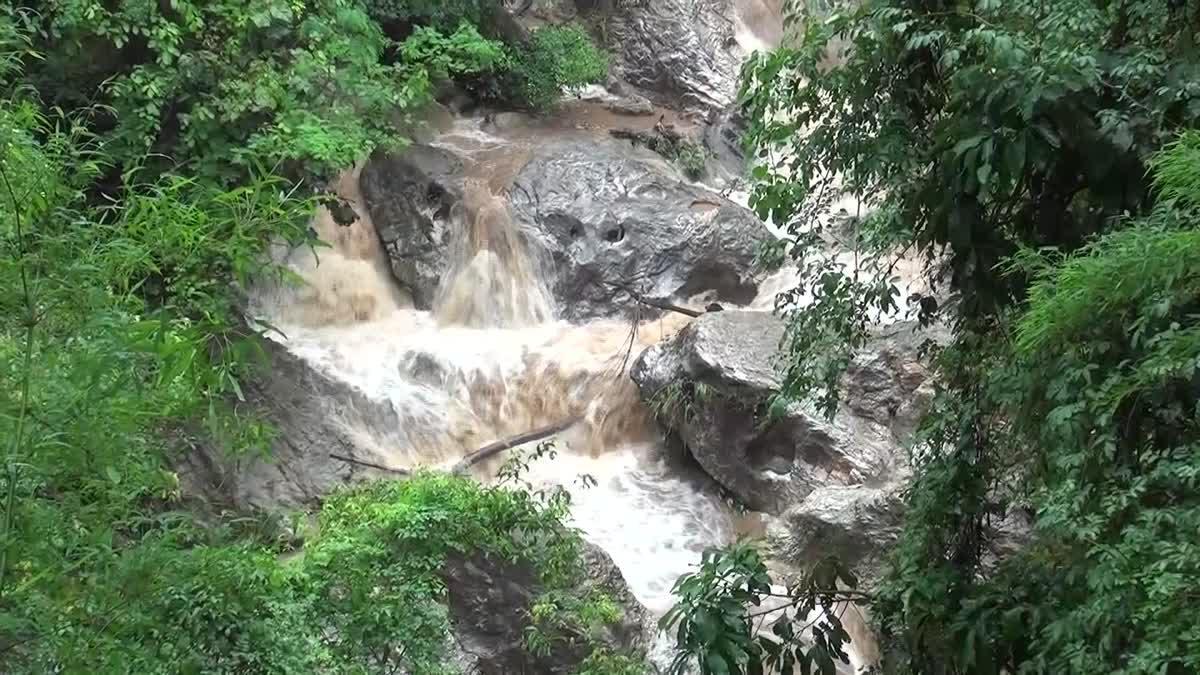 สั่งห้ามนักท่องเที่ยวดอยสุเทพฯ เล่นน้ำตกทุกแห่ง หลังฝนหนัก หวั่นน้ำป่าทะลัก